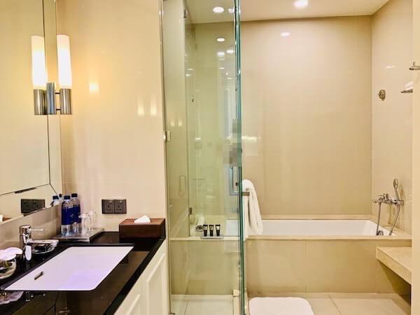137 ピラーズ レジデンシズ バンコク(137 Pillars Residences Bangkok)のバスルーム