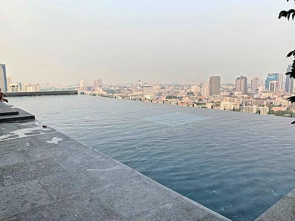 137 ピラーズ レジデンシズ バンコク(137 Pillars Residences Bangkok)のプール2