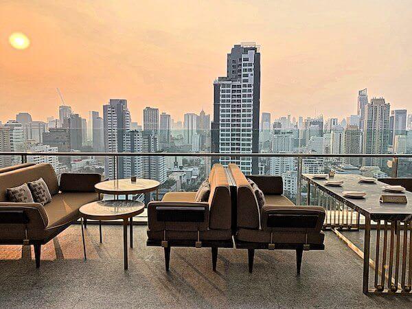 137 ピラーズ レジデンシズ バンコク(137 Pillars Residences Bangkok)のプールサイドにあるレストラン