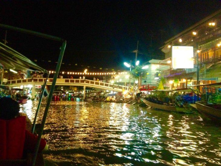 アンパワー水上マーケットの観光は蛍が見られる夜からがおすすめ。