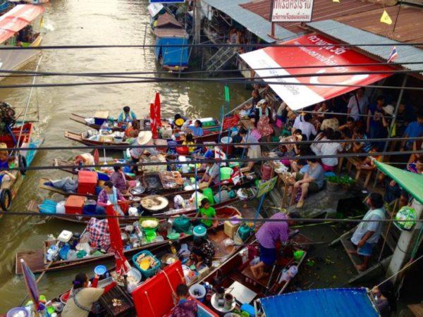 アンパワー水上マーケットの川辺に集う屋台船
