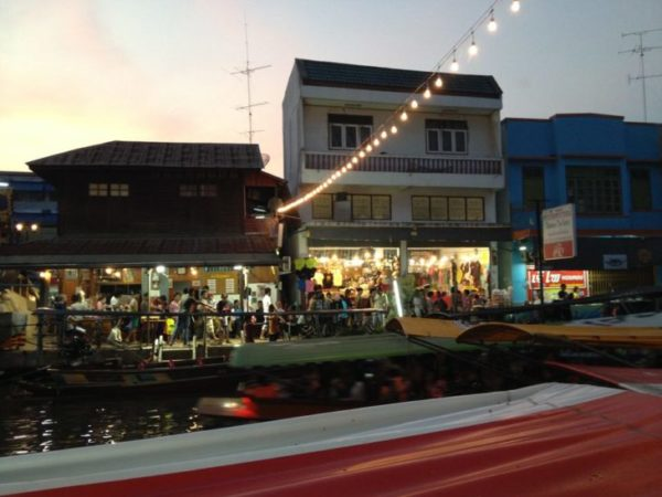 アムパワー水上マーケットの運河と対岸