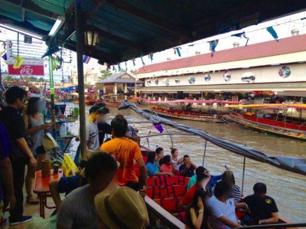 アンパワー水上マーケットのクルーズ用ボート
