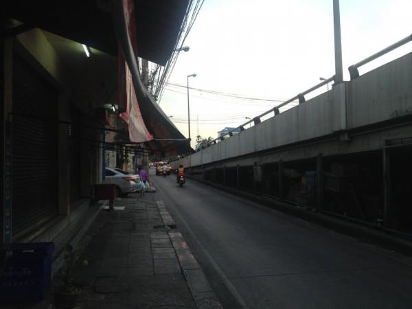 バンスー駅近くの高架下