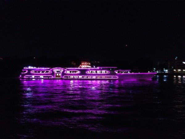 チャオプラヤをクルーズする観光船