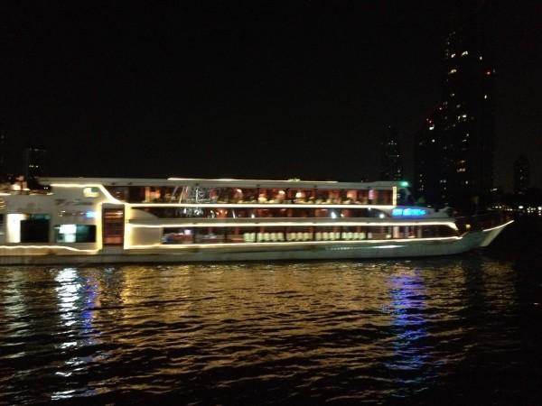 チャオプラヤー川をクルーズする観光船