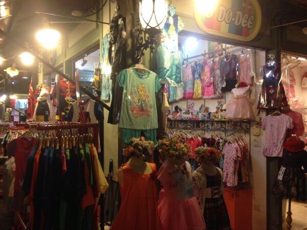 工場地区の子供用品店