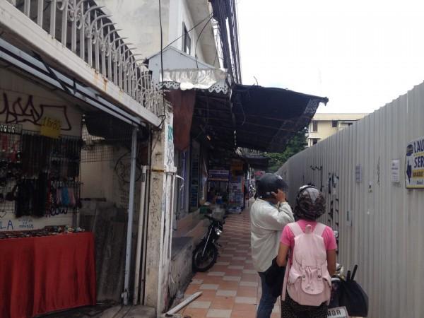カオサン通りとラーチャダムヌンクラン通りの間の細い道