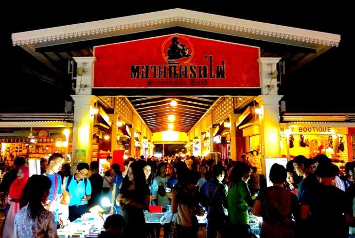 バンコクの粋なナイトマーケット。タラート ロットファイ シーナカリン。