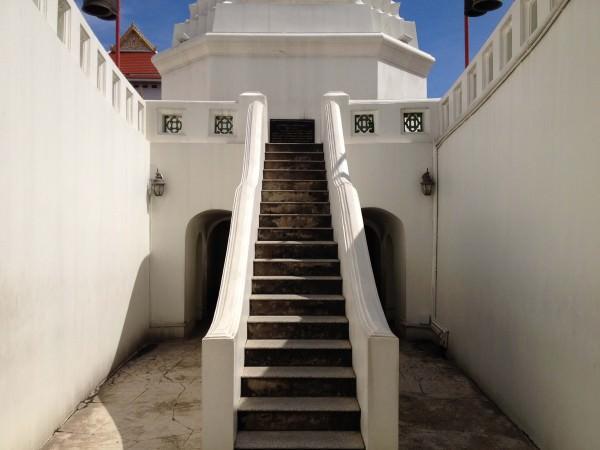 モニュメントの階段