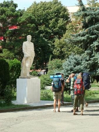 スターリン像と三人のバックパッカー