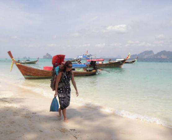 浜辺を歩く女性バックパッカー