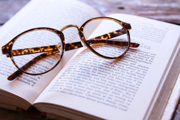 英語の本とメガネ