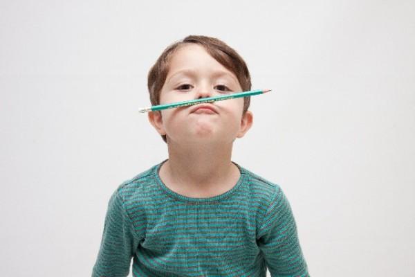 鉛筆で遊ぶ男の子