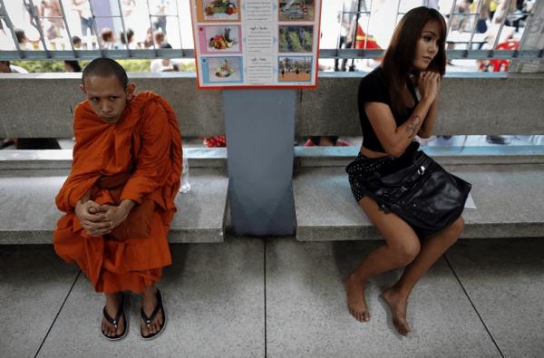 僧侶とレディーボーイ