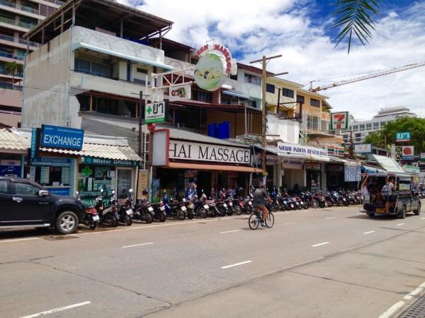 Aワンパタヤビーチホテル付近の道