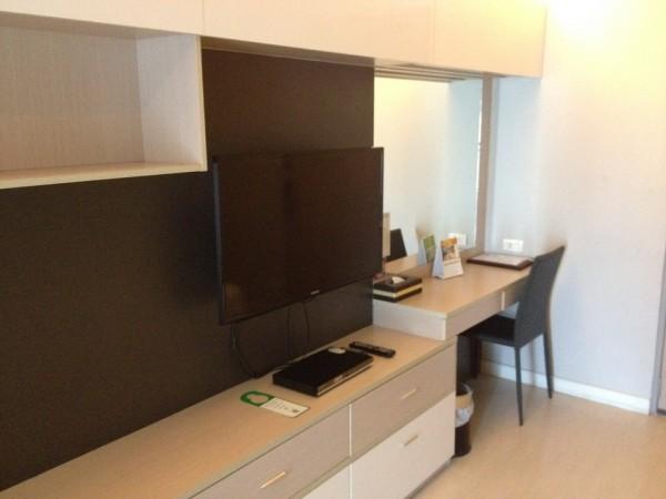 アットマインドエグゼクティブスイートの室内にあるテレビと書斎