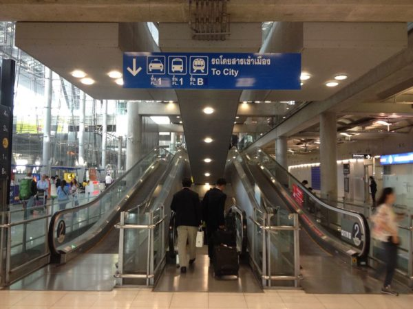 スワンナプーム国際空港内 地下へ続くエスカレーター