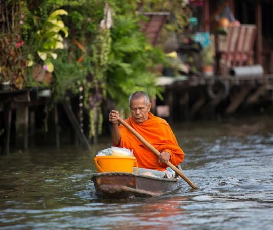 船を漕ぐ僧侶
