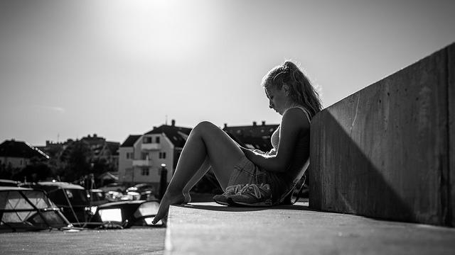 道端に座っている女性