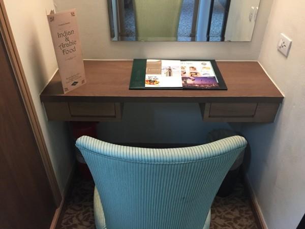 バイヨーク。客室の作業机