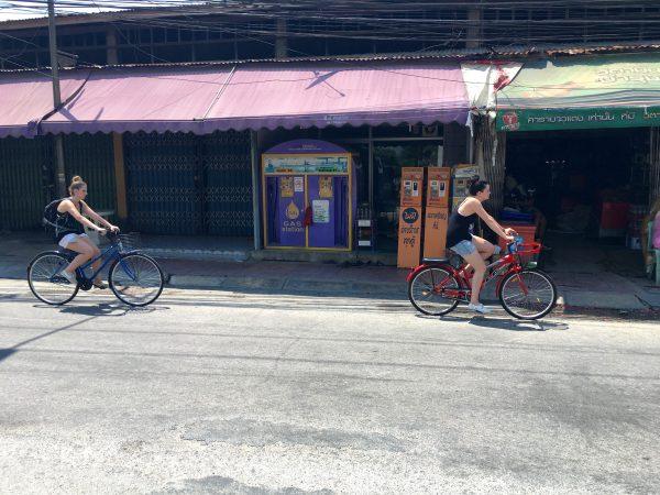カンチャナブリ 自転車に乗る旅行者