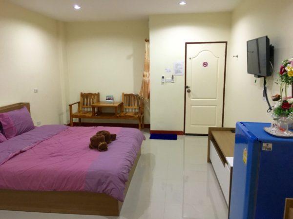 P アンド P プレイス アパートメント カンチャナブリー(P and P Place Apartment Kanchanaburi)の客室1