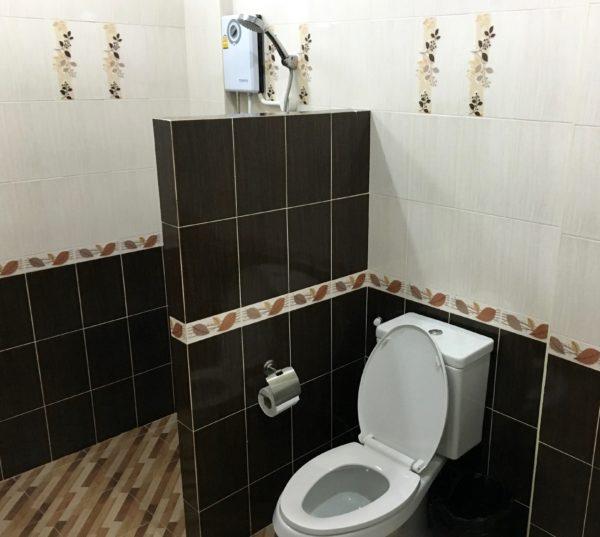 P アンド P プレイス アパートメント カンチャナブリー(P and P Place Apartment Kanchanaburi)のシャワールーム1