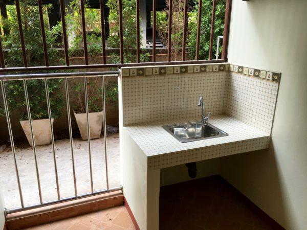P アンド P プレイス アパートメント カンチャナブリー(P and P Place Apartment Kanchanaburi)の客室バルコニー