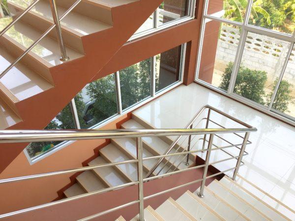 P アンド P プレイス アパートメント カンチャナブリー(P and P Place Apartment Kanchanaburi)の階段