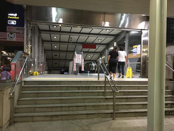MRT ペッチャブリ駅の1番出口