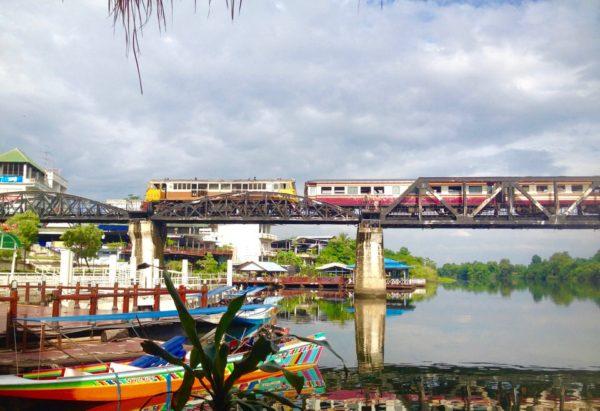 クウェー川鉄橋を走る列車