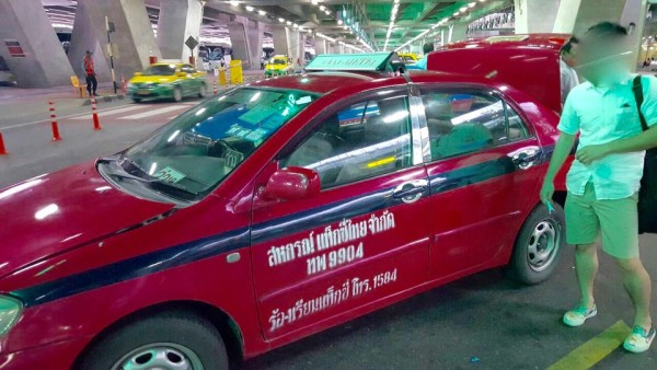 タイのピンク色のタクシー