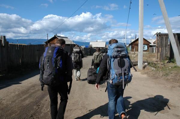 道を歩くバックパッカー達
