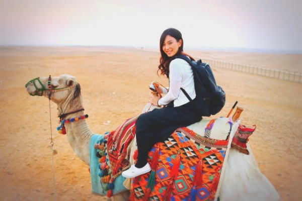 ラクダに乗った女性