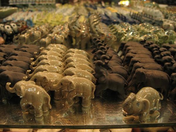 チャトゥチャックで売られている象の雑貨