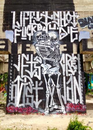 抱き合う骸骨