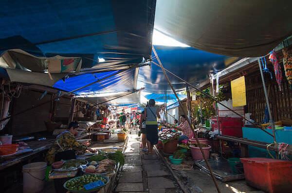 メークロン市場の日傘
