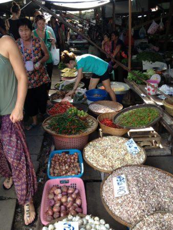 メークロン市場で売られている生鮮食品