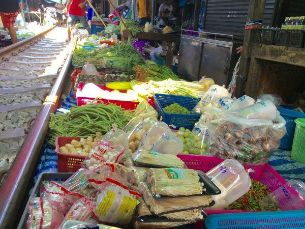 メークロン駅 線路上で売られている野菜