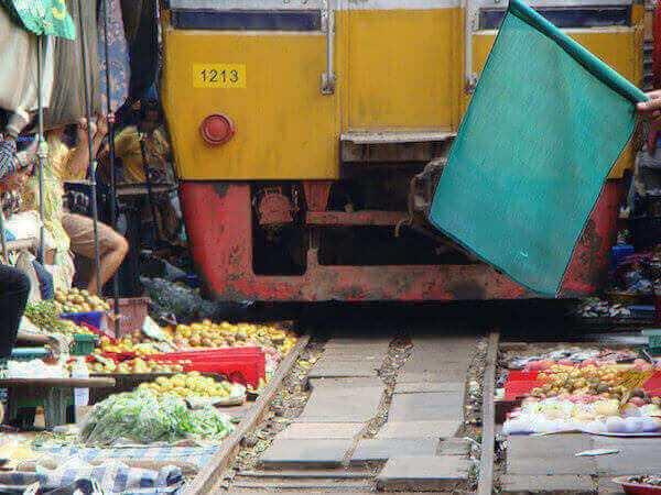 メークロン市場という線路の上にある市場。バンコクからの観光方法まとめ。