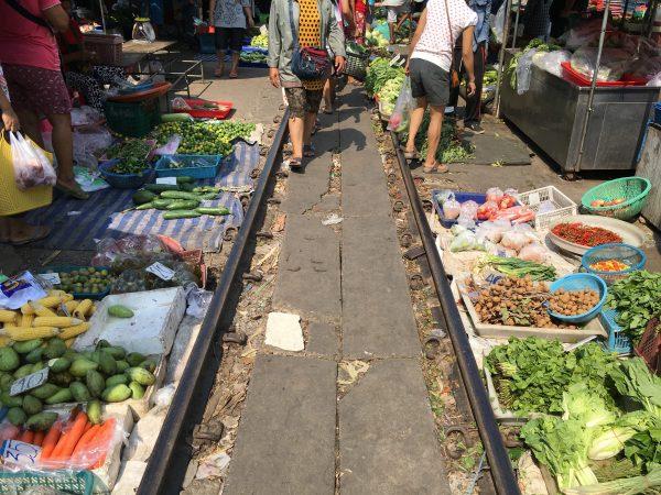 マハーチャイ駅線路上の市場