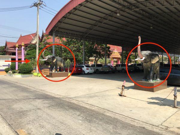 象の置物がある駐車場