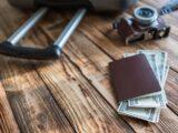 旅行バッグと米ドルの写真