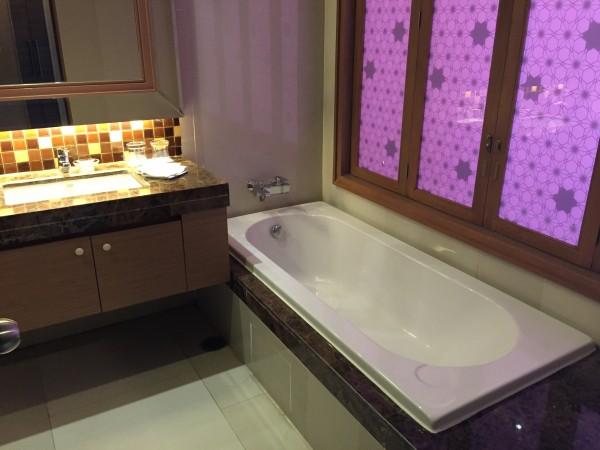 ザ バークレイ ホテル プラトゥーナム バスルーム1