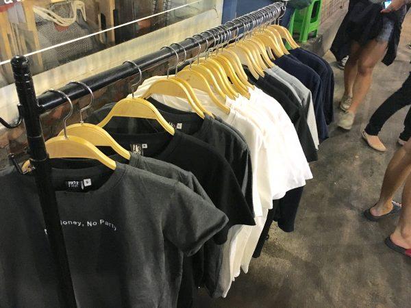 タラートロットファイ・ラチャダーで売られていたTシャツ