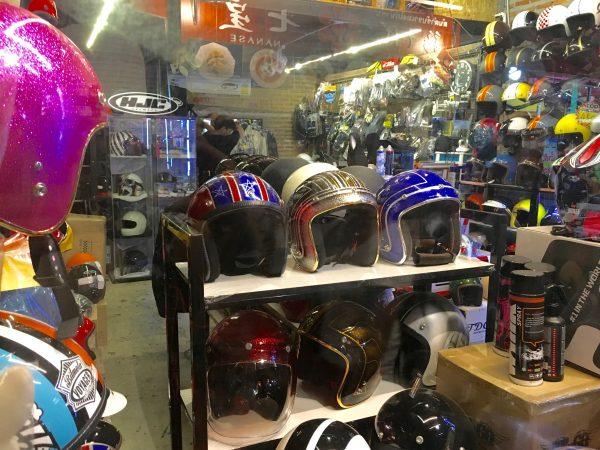 タラートロットファイ・ラチャダー ヘルメットのお店