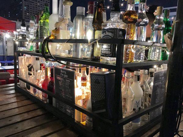 タラートロットファイ・ラチャダー バーエリアで売られていたお酒
