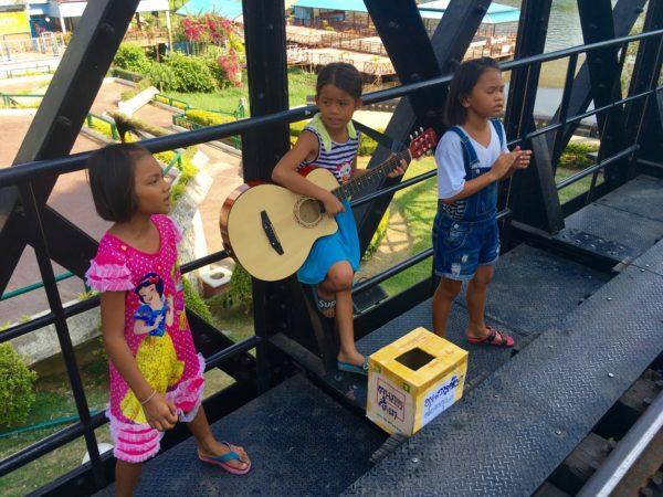 戦場にかける橋の上で歌うタイの子供達