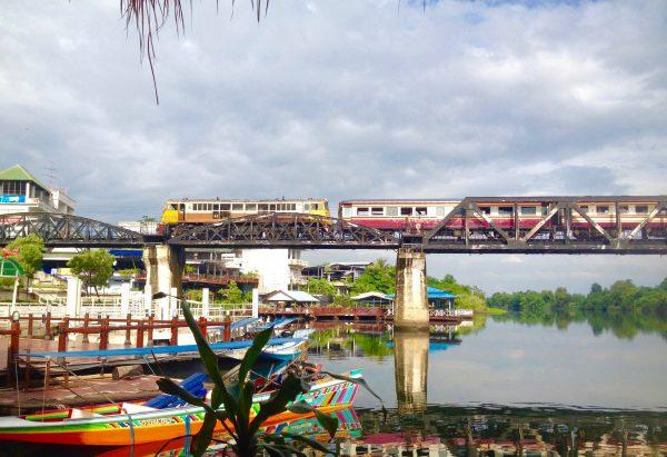 戦場にかける橋を通過する電車